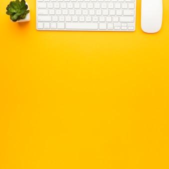 Concetto di scrivania vista dall'alto con tastiera