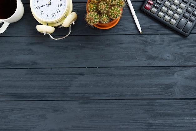 Concetto di scrivania vista dall'alto con tavolo in legno