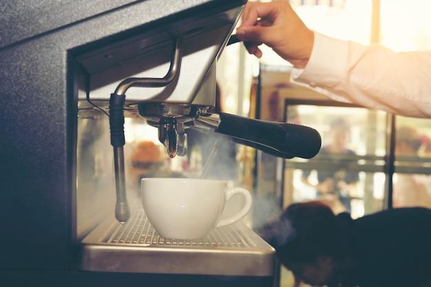 Concetto di servizio di preparazione del caffè di making del caffè di barista