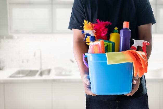 Concetto di servizio di pulizia uomo camera pulita e strumenti per ufficio