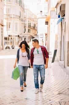 Concetto di shopping con coppia in città