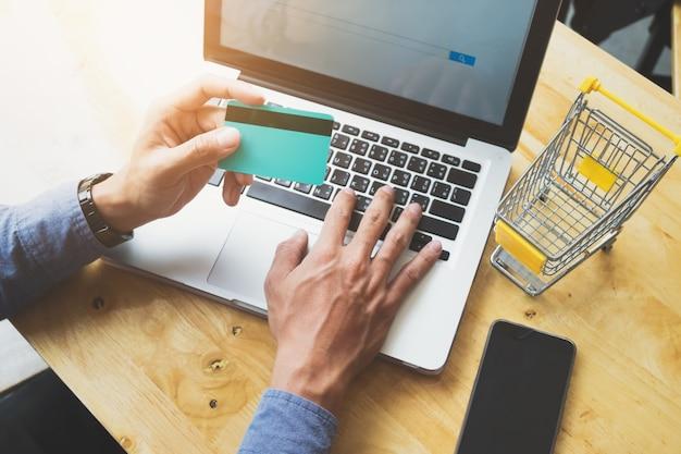 Concetto di shopping online e vendita online.