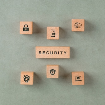 Concetto di sicurezza con blocchi di legno con icone.