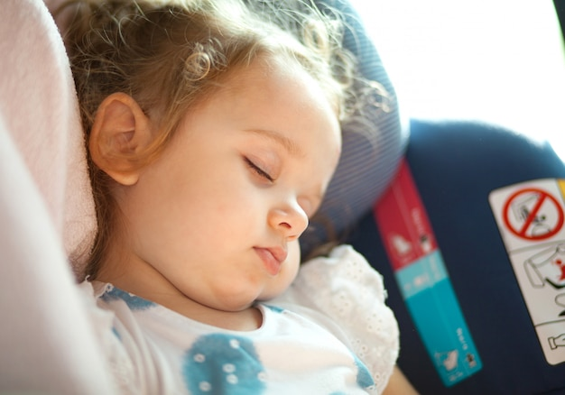 Concetto di sicurezza del bambino nel seggiolino auto.