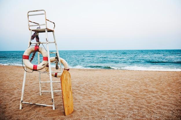 Concetto di sicurezza della linea costiera di sicurezza del bagnino della spiaggia