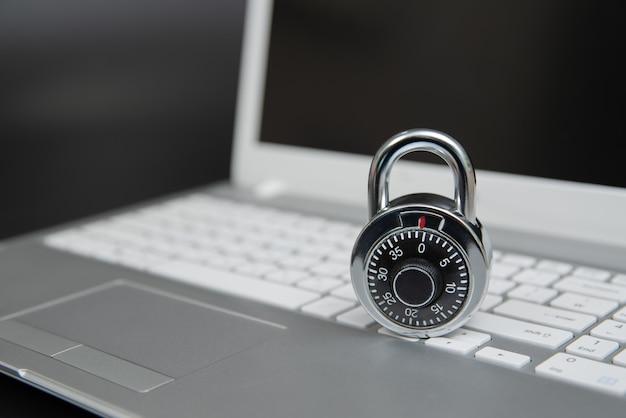Concetto di sicurezza informatica, lucchetto sulla tastiera del computer portatile.