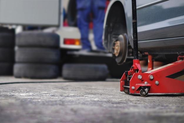 Concetto di sostituzione della gomma. garage 'strumenti e attrezzature. manutenzione e servizi dell'automobile