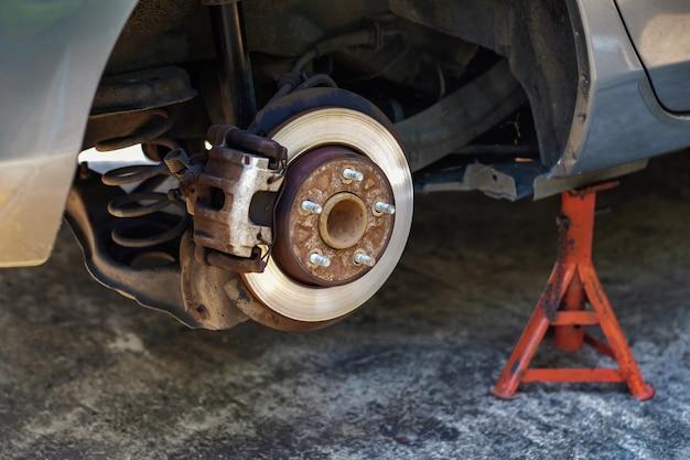 Concetto di sostituzione della gomma. garage 'strumenti e attrezzature