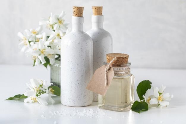 Concetto di spa con fiori di gelsomino su sfondo bianco. copia spazio.