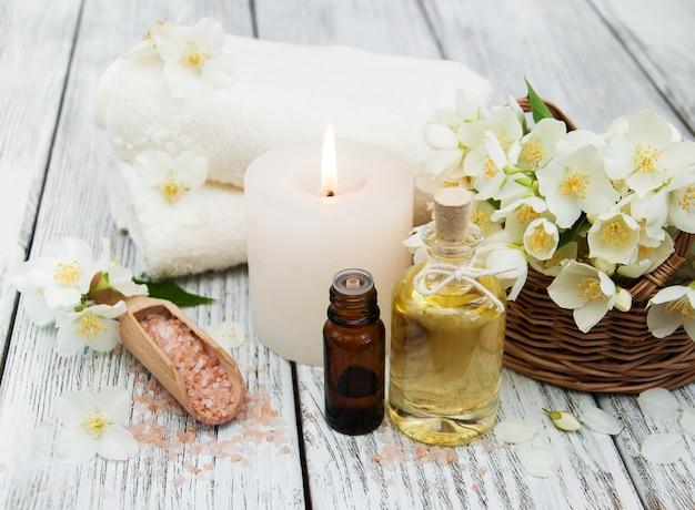 Concetto di spa con fiori di gelsomino