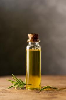 Concetto di spa con piccola bottiglia di olio