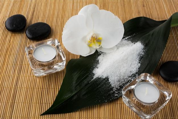 Concetto di spa e benessere con sale marino e orchidea