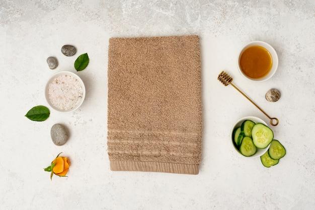 Concetto di spa vista dall'alto con asciugamano e miele