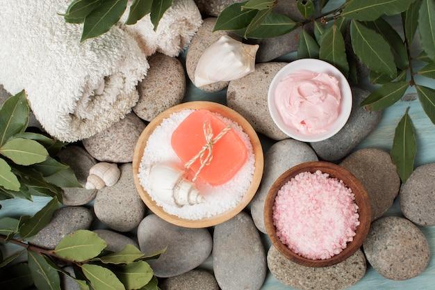 Concetto di spa vista dall'alto con sapone rosa e sale