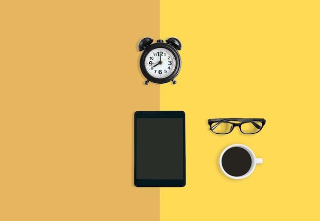 Concetto di spazio di lavoro ufficio creativo, sveglia, caffè, occhiali e tablet