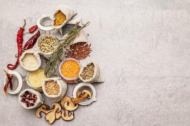 Concetto di spesa alimentare zero spreco. cereali, pasta, legumi, funghi secchi, spezie.