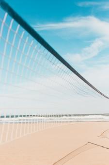 Concetto di spiaggia con rete di pallavolo
