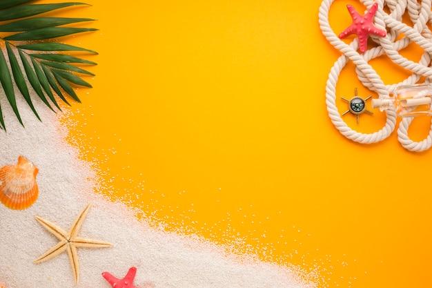 Concetto di spiaggia piatta laici con spazio di copia