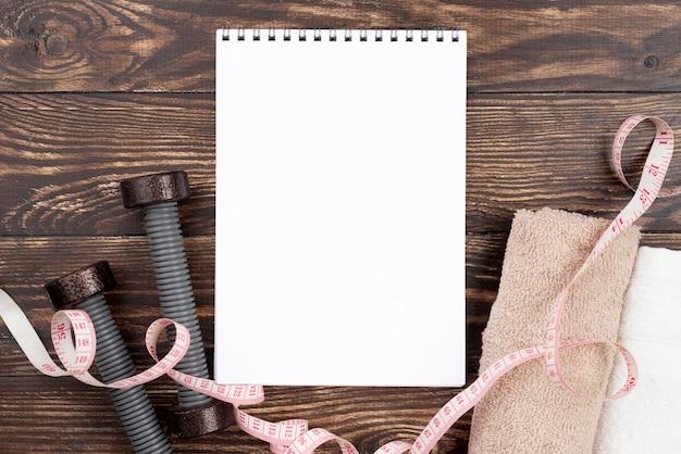 Concetto di sport piatto laico con notebook