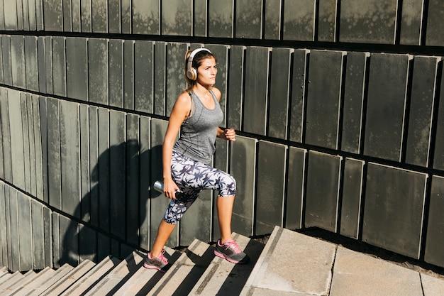 Concetto di sport urbani con la giovane donna