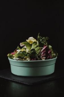 Concetto di stile di vita di cibo sano. insalata di verdure fresche nel piatto in stile rustico di colore
