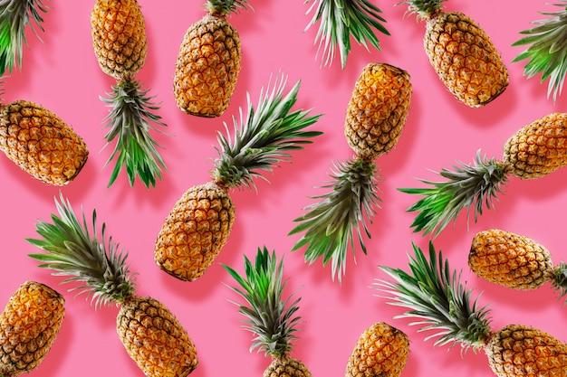 Concetto di stile tropicale di retro design. modello con fondo della decorazione di estate dell'ananas dei pantaloni a vita bassa