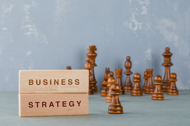 Concetto di strategia con blocchi di legno con parole su di esso vista laterale.