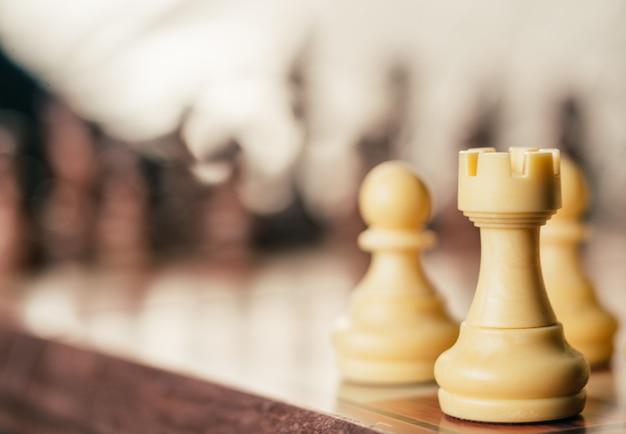 Concetto di strategia e di affari, gioco di scacchiera in annata