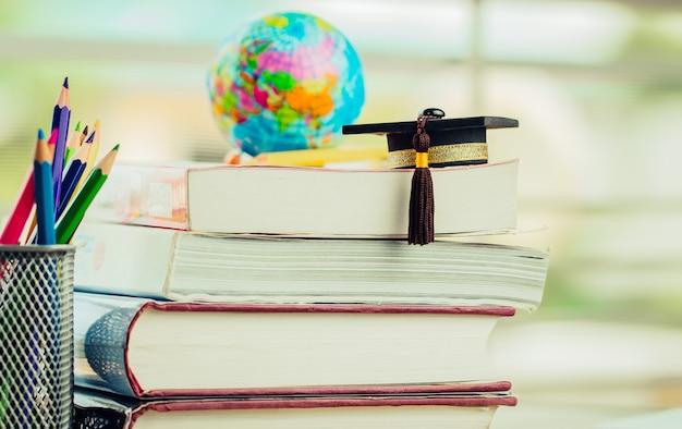 Concetto di studio di conoscenza di conoscenza laurea o istruzione all'estero