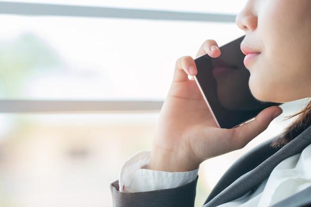 Concetto di studio online di apprendimento degli studenti: bella ragazza asiatica parlando di smartphone