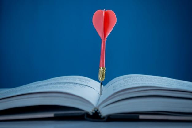 Concetto di successo, obiettivo sul libro