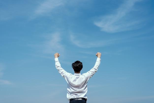 Concetto di successo uomo d'affari che esprime per celebrare il suo successo.