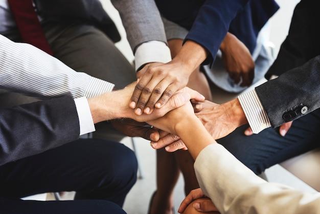 Concetto di supporto delle mani dello stack della squadra di affari