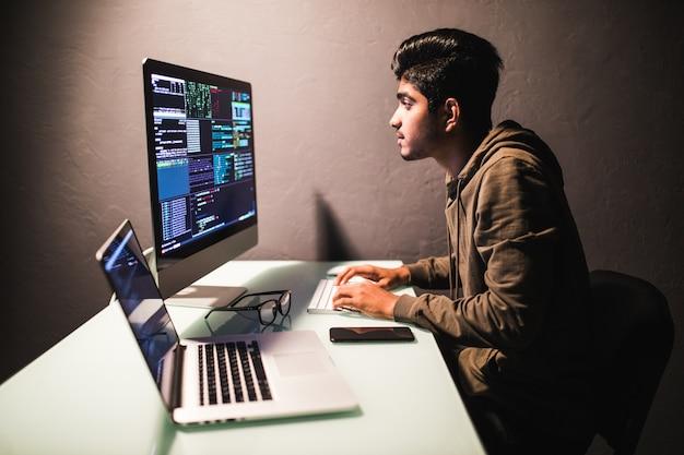 Concetto di sviluppo del programma. giovane uomo indiano che lavora con il computer