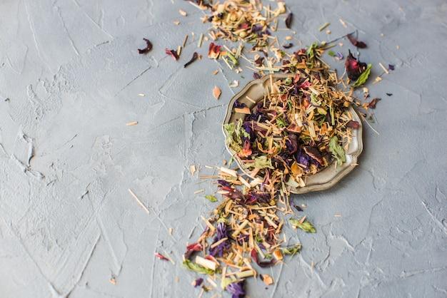 Concetto di tè floreale biologico