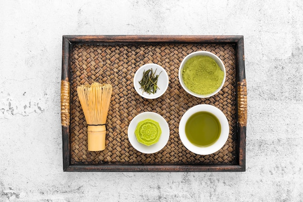 Concetto di tè matcha vista dall'alto con frusta di bambù