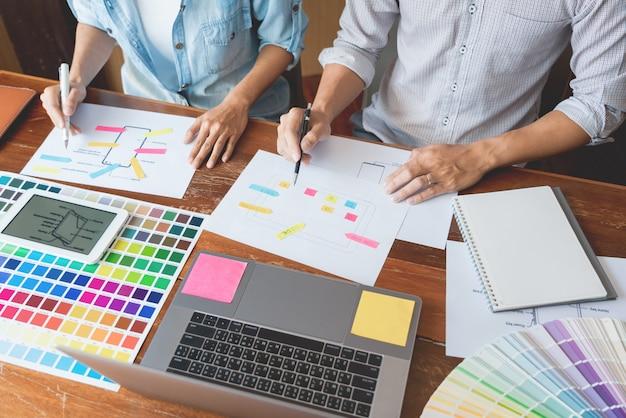 Concetto di tecnologia aziendale, team designer creativo che sceglie campioni con sviluppo ui / ux
