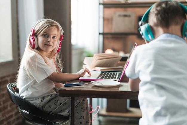 Concetto di tecnologia con due bambini al tavolo
