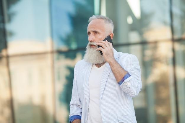 Concetto di tecnologia del collegamento di comunicazione del telefono cellulare dell'uomo senior