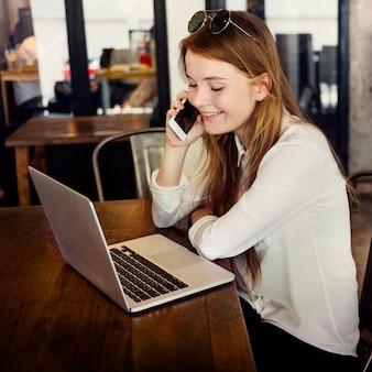 Concetto di tecnologia della ragazza di comunicazione del dispositivo di digital