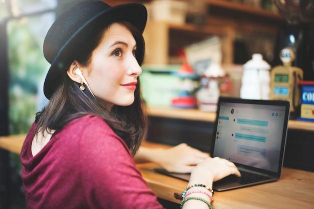 Concetto di tecnologia della rete sociale delle comunicazioni globali del computer portatile della donna