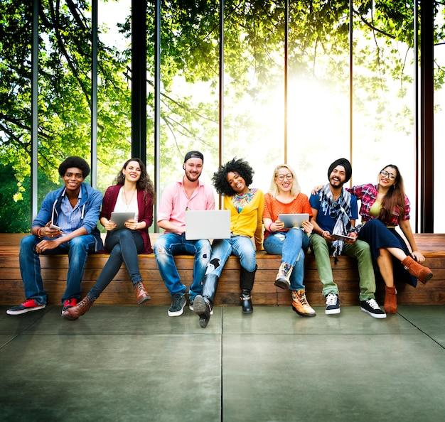 Concetto di tecnologia di amicizia degli amici della gioventù insieme