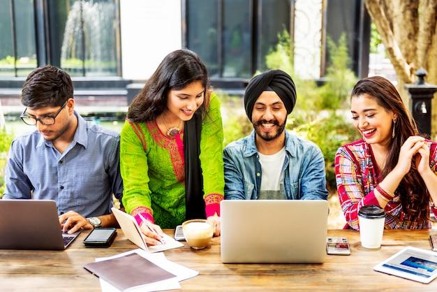 Concetto di tecnologia di lavoro di squadra degli studenti universitari
