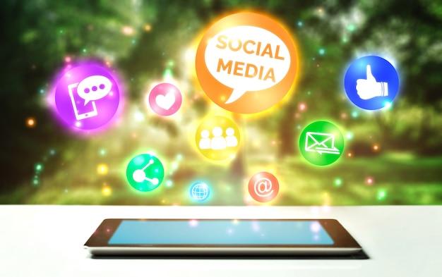 Concetto di tecnologia di rete di social media e persone