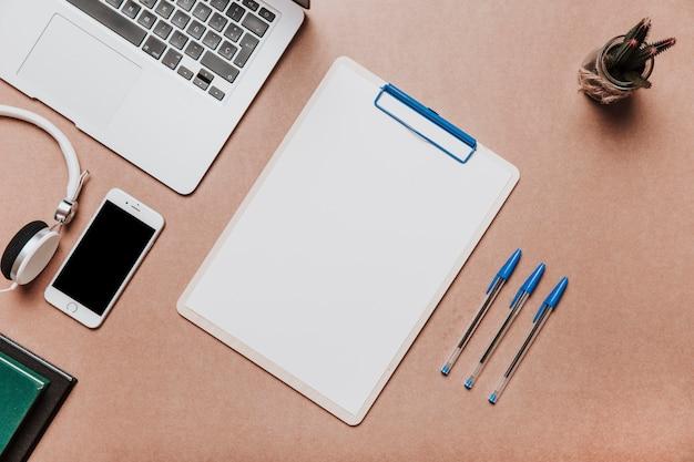 Concetto di tecnologia e scrivania con appunti