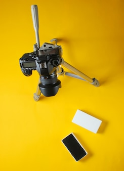 Concetto di tehnobloger. unboxing nuovo smartphone con scatola e revisione con treppiede per fotocamera. vista dall'alto