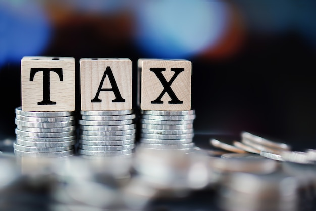 Concetto di tempo di imposta con parola fiscale e pila di monete