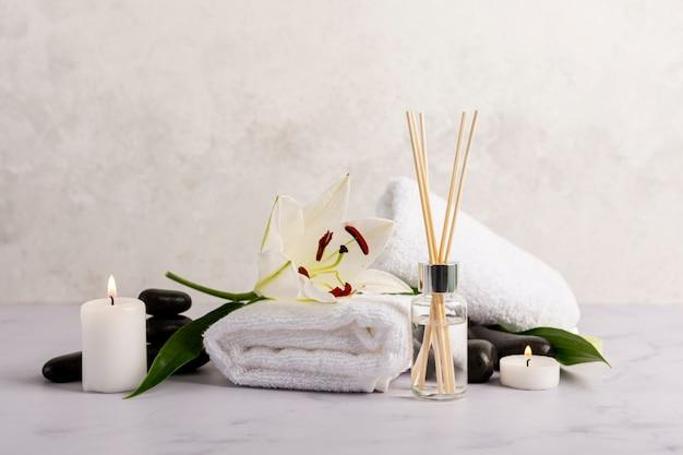 Concetto di terapia termale con bastoncini profumati