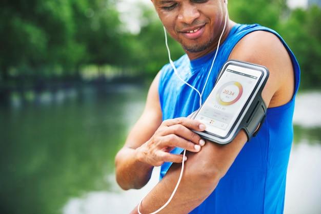 Concetto di tracciamento di salute del parco naturale di outdoos di esercizio dell'uomo