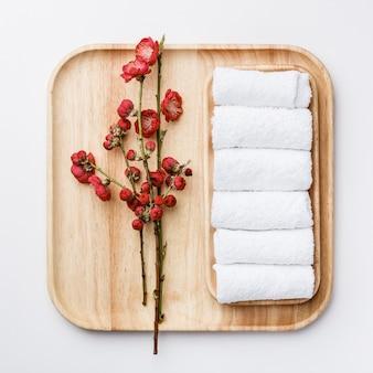 Concetto di trattamento spa, composizione piatta con asciugamani e fiori